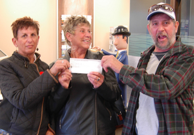 Heather Manuel (centre) shares her winnings with her sister Ev Drysdale (L) and brother Chuck Manuel (R)